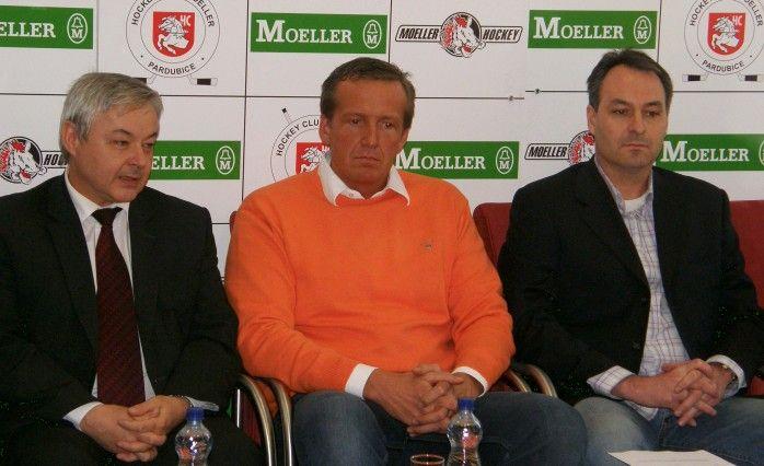 Účastníci tiskové konference, zleva: Jaroslav Deml (primátor města Pardubic), Roman Šmidberský (nový většinový vlastník HC Moeller Pardubice), Ondřej Heřman (předseda představenstva HC Moeller Pardubice)