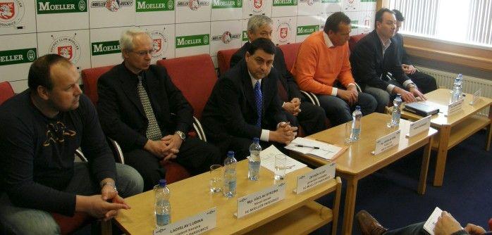 Hosté tiskové konference, zprava: Michal Reiner, Ondřej Heřman, Roman Šmidberský, Jaroslav Deml, Zbyněk Kusý, Václav Sýkora a Ladislav Lubina.