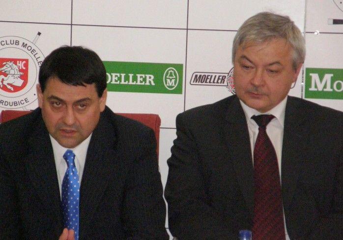 Generální manažer HC Moeller Pardubice Zbyněk Kusý (vlevo) a primátor města Pardubic Jaroslav Deml (vpravo).