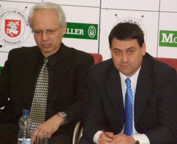 Nový trenér HC Moeller Pardubice Václav Sýkora (vlevo) a generální manažer HC Moeller Pardubice Zbyněk Kusý (vpravo).
